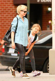 966745ed8849 Los pantalones de piel son el must del celebrity street style. ¿Cuál es tu  look favorito