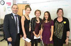 École Saint-Georges (Commission scolaire Marguerite-Bourgeoys, Québec)   Félicitations à Sophie Shields-Rivard, Natalia Silva Navarro et Élyanna Gauthier, gagnantes au Concours jeunes humoristes.