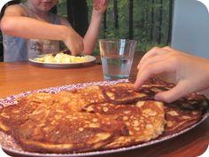 Her i huset startedeweekenden med pandekager. Og røræg og bacon og gode oste. Og det er noget familien kan lide.Her med små fedtede barnefingre: Pandekagerne er lidt vanskelige at lave. Eller måske har jeg bare ikke fundet den rigtige opskrift endnu. Eller måske ville opskriften fungere bedre, hvis jeg lavede store, traditionelle, flade pandekager iLæs mere