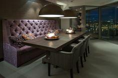 Eettafel met prachtig uitzicht over de stad. Bank speciaal op maat gemaakt.