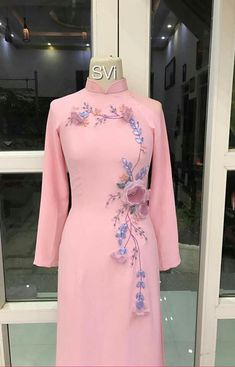 Embroidery On Clothes, Embroidery Fashion, Embroidery Dress, Kurta Designs, Blouse Designs, Indian Designer Outfits, Designer Dresses, Stylish Dresses, Fashion Dresses