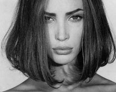 ワンレンボブ。クールかつモードで女性らしさあふれる髪型。