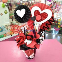 Fiesta Decorations, Valentine Decorations, Valentine Crafts, Valentines, Candy Bouquet Diy, Gift Bouquet, Birthday Candy, Diy Birthday, Birthday Hampers