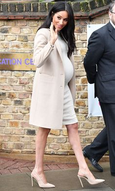 Pregnant Meghan Markle Was Called a 'Fat Lady' at Animal Shelter — and Her Response Was Perfection Der schwangere Meghan Markle wurde als & # Fat Lady & # im Tierheim – und ihre Antwort war Perfektion Estilo Meghan Markle, Meghan Markle Stil, Meghan Markle Dress, Meghan Markle Outfits, Prinz Harry Meghan Markle, Prince Harry And Megan, Harry And Meghan, Pregnancy Outfits, Pregnancy Info