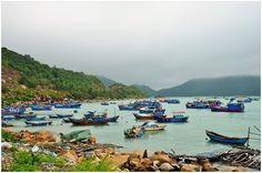 Những ngày mưa, tàu thuyền neo đậu ven vịnh Vũng Rô tạo nên một cảnh sắc hiền hòa cho nơi này.