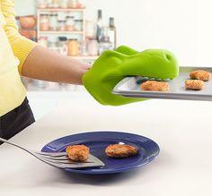 Un guante de cocina que convierte tu mano en un dinosaurio.   33 Utensilios de cocina adorables que sí usarás