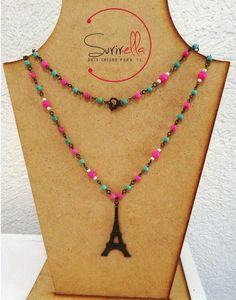 Collar largo engarzado en oro viejo con piedra en rosa, turquesa y hueso con dije de torre eiffel