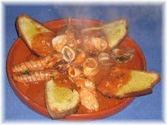La cucina di MarinaAcquistare  circa 2 kg di pesce misto tra: -seppia, scampetti, palombo, coda di rospo, ali di razza, molluschi a piacere, mazzolina, scorfano, cicale di mare.... -Mezzo kg di salsa di pomodoro -Una bella tazza di fumetto ( brodo di pesce) -Un bicchiere d'olio extra vergine d'oliva -Una cipolla di media grandezza -Mezzo bicchiere di aceto di vino bianco -Sale e peperoncino q.b. -Un mazzetto di prezzemolo  -Quattro fette di pane tostato del tipo caserecci
