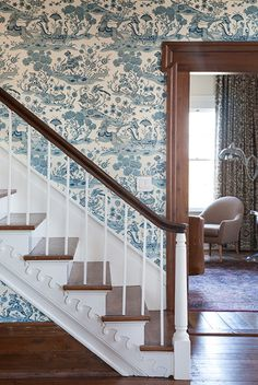 It's My Dream Home Except For One Problem– The Wood Trim homeplace-tennessee-family-estate-via-garden-and-gun-photo-credit-caroline-allison - beautiful blue and white toile wall paper looks gorgeous with the stained wood trim Stained Wood Trim, Dark Wood Trim, Toile Wallpaper, Wood Wallpaper, Wallpaper Staircase, Chinoiserie Wallpaper, Wallpaper Desktop, Girl Wallpaper, Disney Wallpaper