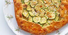 Μία εύκολη συνταγή για την πιο απολαυστική τάρτα με κολοκυθάκια που έχετε δοκιμάσει! Δείτε τώρα τη συνταγή. Zucchini, Vegetables, Food, Pies, Essen, Vegetable Recipes, Meals, Yemek, Veggies