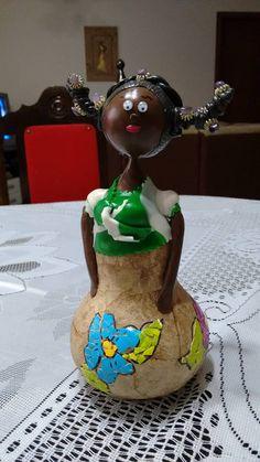 Africana. Porongo, filtro de café, biscuit e mosaico de cascas de ovos.