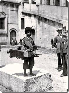 Eminönü'nde boyacı bir çocuk – 1930'lar