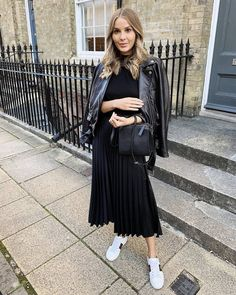 There's an inevitable chicness about wearing black on black. Here are two chic ways to wear all black this season whether you're running errands or going. Pleated Skirt Outfit Casual, Midi Skirt Outfit, Black Midi Skirt, Skirt Outfits, Chic Outfits, Trendy Outfits, Fashion Tips For Women, Womens Fashion, All Black Outfits For Women
