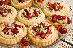 Learn how to prepare Tartlets with Strawberries and Vanilla Cream. Sift the flour and mix it in a bowl with the salt . Strawberry Topping, Romanian Food, Sweet Pie, Honey Lemon, Vanilla Cream, Almond, Cheesecake, Baking, Desserts