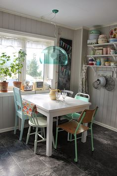 This little eclectic eating nook makes me happy :)