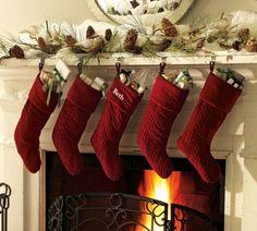 rote Weihnachten Zapfen Tannenzweige Kaminsims Deko