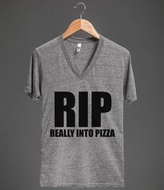 Rip: really into pizza. Sassy Shirts, Cool Tees, Cool T Shirts, T Shirts For Women, Funny Outfits, Cool Outfits, Jute, Pizza Shirt, Funny Tees