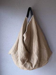 Looks like this would work great for coffee bean bags and feed sacks! Handmade Handbags, Handmade Bags, Diy Bags No Sew, Coffee Bean Bags, Triangle Bag, Slouch Bags, Origami Bag, Japanese Bag, Diy Handbag