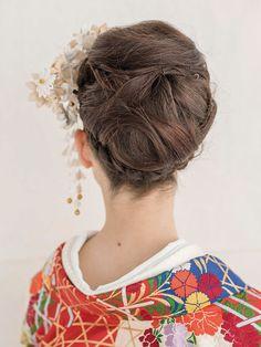 白とクリーム色の生地で作られたつまみかんざしは2つ使用して、ボリュームをアップ。打掛を引き立てながらも、いっそう華やかさのあるヘアが完成。 ... Wedding Hairstyles, Hair Styles, Beauty, Weddings, Fashion, Hair Plait Styles, Moda, La Mode, Wedding Hair Styles