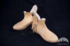 Le scarpe medievali del XIV secolo http://armstreetitaly.com/negozio/calzature/le-scarpe-medievali-del-xiv-secolo