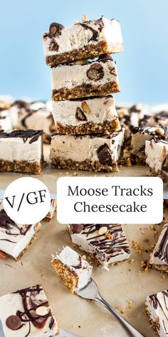 This Vegan Moose Tracks Cheesecake is super delicious, creamy, and packed with peanut butter cups, p Brownie Desserts, Oreo Dessert, Mini Desserts, Coconut Dessert, No Bake Desserts, Dessert Recipes, Party Desserts, Gluten Free Desserts, Vegan Desserts