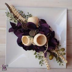 Popis: Celoroční dekorace na plastovém tácu v bílo-fialových odstínech. Bílý tác zdobí látkové orchideje a sušina.  Slouží pro dekorativní účely. Vhodný do interiéru.   Rozměry: Šířka: cca 28 cm.  Výška: cca 11 cm.  UPOZORNĚNÍ: Barvy se mohou mírně lišit v závislosti na nastavení monitoru Vašeho počítače.
