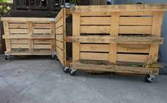 Movable pallet fence on wheels