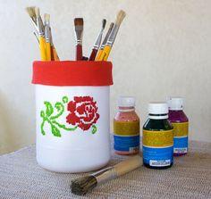 Porta-objetos feitos com reciclagem de embalagem plástico e bordado