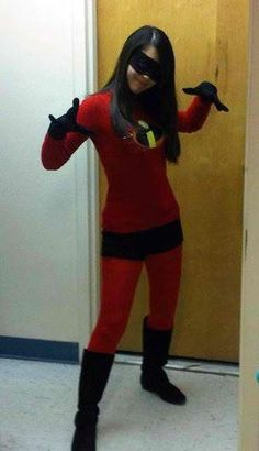 Violet from The Incredibles Halloween costume: red tights, red shirt, black shorts, add logo, black gloves Superhero Halloween Costumes, Disney Costumes, Superhero Party, Halloween Kostüm, Incredibles Costume Diy, Superhero Ideas, Super Hero Costumes, Cool Costumes, Costumes For Women