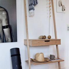 Fleur jouw kale muur op met dit stijlvolle bamboe wandrek van cinas noble. Het wandrek is gemaakt van volledig duurzaam bamboe materiaal. Kleed het wandrek aan met leuke accessoires en zet hem op je favoriete plekje in de woon of slaapkamer! Nordic Home, Ladder Bookcase, Ladder Decor, Teak, Shelves, House Styles, Furniture, Home Decor, Products