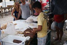 Menino manuseia faca no corte de carne de frango, também em Monte Alegre (RN). Atenção - fotos fortes no link.