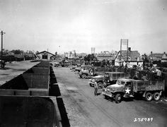 Des camions américains de transport sont stationnés à la gare de Carentan, 15 août 1944. Transport de munitions par la 625th Ordnance Ammunition Company. Unité de l'ADSEC, voir l'immatriculation qui commence par ASCZ= Advance section Com Z. Le 625th Ordnance Amm Co est affecté au 1st ESB jusqu'à fin aout 1944, et à ce moment-là il est dans le dépôt de munition n°101 d'Audouville-la-Hubert, qui est sur le secteur arrière de Utah Beach et pas sur Carentan.