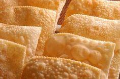Aprenda a fazer massa de pastel com essa receita simples e rápida. Além disso, a massa é leve e sequinha. Essa dica rende aproximadamente 35 porções. Leia também: Pastel de forno com recheio de frango cremoso Pastel de maça com mel Pastel recheado com arroz de doce de leite Ingredientes: 1 kg de farinha de tri