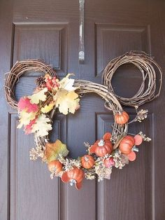 Too easy fall wreath idea - Mickey Mouse pumpkin wreath. Click for more craft ideas. disney crafts for adults #disney