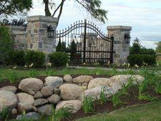 40 ideas for house entrance gate stones Wrought Iron Driveway Gates, Driveway Entrance, Front Gates, Entrance Gates, House Entrance, Driveway Ideas, Front Entry, Farm Gate, Stone Columns