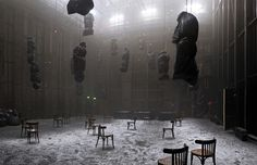 танец с веревками на стульях <i>Pleine Nuit</i> de Christian Boltanski, Jean Kalman et Franck Krawczyk Stage Set Design, Set Design Theatre, Conception Scénique, Art Conceptual, Bühnen Design, Instalation Art, Decoration Originale, Theatre Stage, Film Inspiration