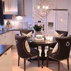 Interior & 📷 b Decor, Home Decor Inspiration, Dining Table, Interior Styling, Home Decor, Breakfast Nook Decor, Interior Design, Interior Inspo, Kitchen Design