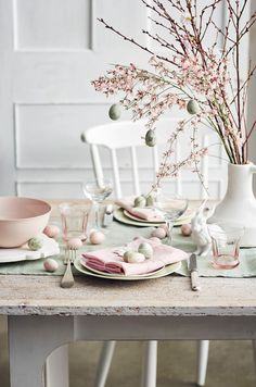 7 Inspiring table setups for a dreamy Easter (Daily Dream Decor) Easter Table Settings, Easter Table Decorations, Decoration Table, Easter Centerpiece, Diy Osterschmuck, Diy Ostern, Beautiful Table Settings, Easter Celebration, Easter Holidays
