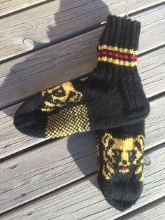 7-veljestä karhusukat Awesome Socks, Cool Socks, Knit Socks, Knitting Socks, Boot Cuffs, Mittens, Slippers, Crochet, Diy
