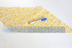 Cut a CONTINUOUS strip of BIAS TAPE (from one small square of fabric).a quick way to cut up some bias tape, without wasting fabric! Sewing Terms, Sewing Basics, Sewing Hacks, Sewing Tutorials, Sewing Patterns, Sewing Crafts, Skirt Patterns, Dress Tutorials, Coat Patterns