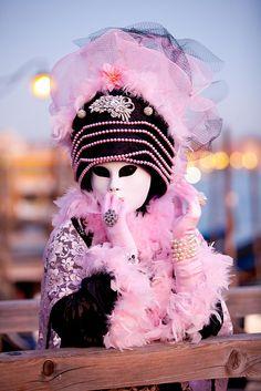 Venice Carnivale - Venezia en Rose et Noir Venice Carnival Costumes, Mardi Gras Carnival, Venetian Carnival Masks, Carnival Of Venice, Venetian Masquerade, Masquerade Ball, Venice Carnivale, Carnival Fantasy, Costume Venitien