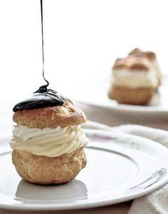Choux a la crème et chocolat: Creme Puff with Chocolate Syrup Glaze