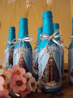 *** Pedido mínimo 3 unidades *** <br> <br>Garrafa de vidro reutilizada, decorada com barbante, decoupagem, fitas e aviamentos diversos. Recebem película protetora para intensificar a cor e facilitar a limpeza. <br> <br>Outras imagens e cores de garrafas podem ser escolhidas. As flores não estão incluídas, vendidas separadamente em nossa loja. <br> <br>Utilizada na decoração de casa, como centro de mesa em eventos ou como lembrancinhas de Primeira Eucaristia, Batizado e outros, podendo ser… Diy Bottle, Wine Bottle Crafts, Bottle Art, Bottles And Jars, Glass Bottles, Champaign Bottle, Garrafa Diy, Graduation Party Centerpieces, Painted Jars