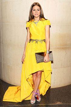 Cómo ponerse un vestido amarillo con sandalias felinas (de Jimmy Choo) y salir airosa, por Olivia Palermo.
