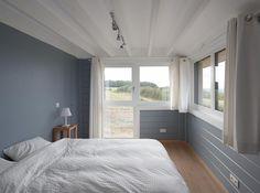 Chambre dans une maison en bois.