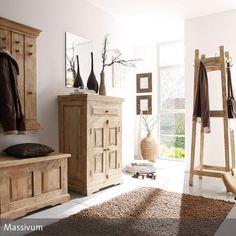 Diese rustikalen Holzmöbel verwandeln jeden Flur in einen ansprechenden Raum. Zusammen mit dem braunen Teppich verbreiten die Garderobe, die Truhe, die Kommode…