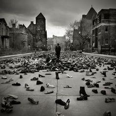 Fotografia de Brian Day. Chuva de sapato será?
