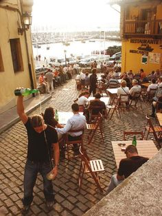 serving cider in Gijón, Asturias Cuesta del Cholo, ambiente sidrero en Gijón, Asturias. Socializan empresa de marketing y posicionamiento web. Marketing social