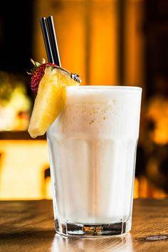Pina Colada ricetta originale con latte di cocco, rum e ananas. Ricetta cocktail