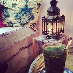 Moroccan mint tea, a beautiful wedding blanket and a glass lantern. Interior Flat, Interior And Exterior, Bohemian Interior, Bohemian Decor, Boho Bedroom Decor, Moroccan Style, Moroccan Decor, Boho Stil, Decoration